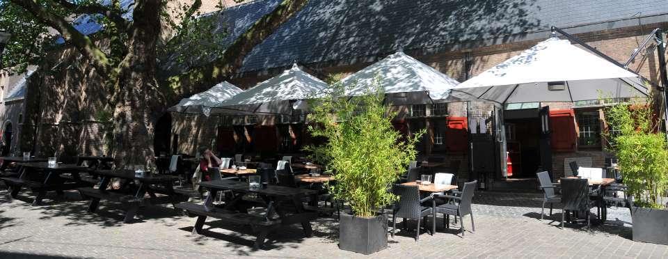 In de zomer kunt u op het terras heerlijk in de zon of juist in de schaduw zitten.